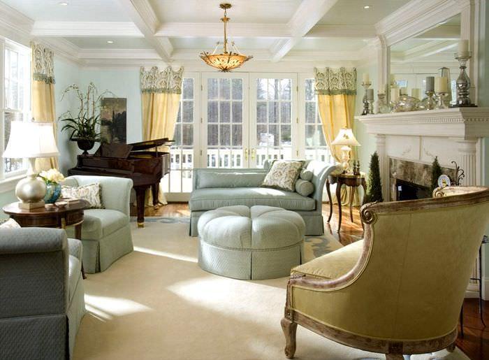 Большой круглый пуф по центру зоны отдыха в гостиной
