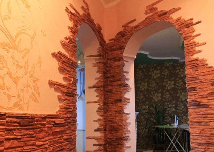 отделка стен прихожей природным камнем