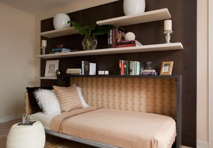 Узкая откидная кровать в интерьере спальни