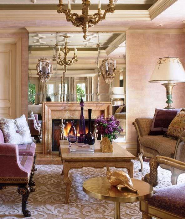 Зеркальное панно над камином в гостевой комнате частного дома