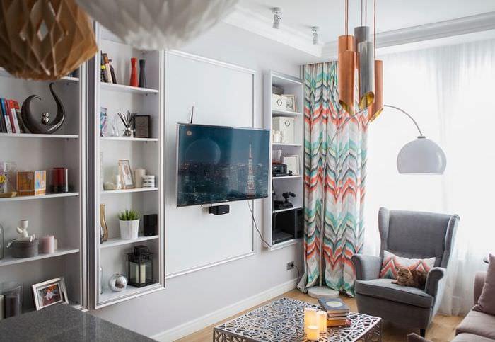 Пестрые шторы в интерьере зала с серыми стенами