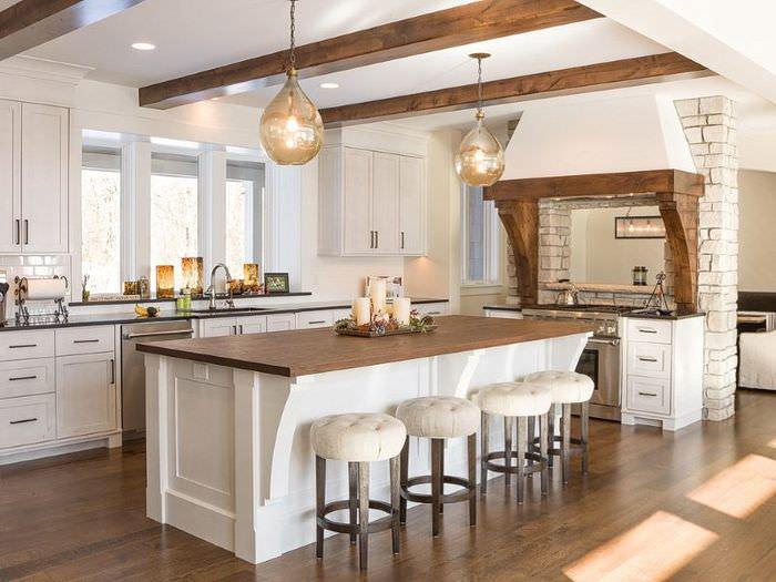 Деревянные балки на белом потолке кухни-столовой