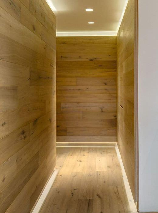 Деревянные стены вытянутого коридора
