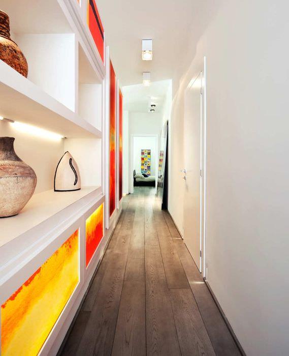 Оригинальный встроенный шкаф в длинном коридоре