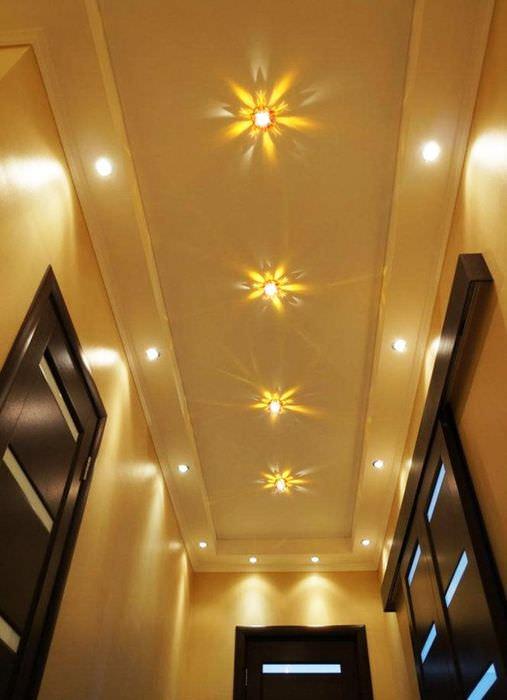 Фото потолка узкого коридора со встроенными светильниками
