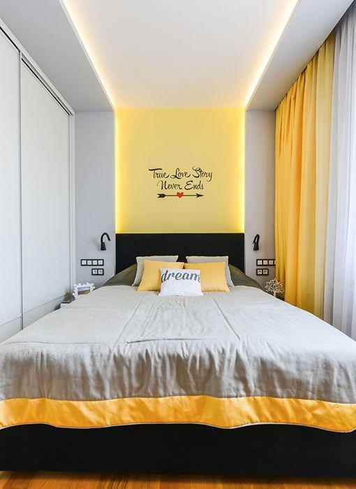 Узкая комната с подсветкой потолка светодиодными лентами