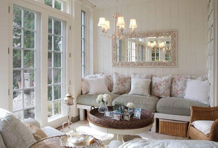 Уютный диван перед стеклянной дверью в гостиной