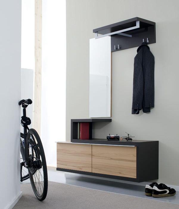 Подвесной шкафчик на белой стене прихожей