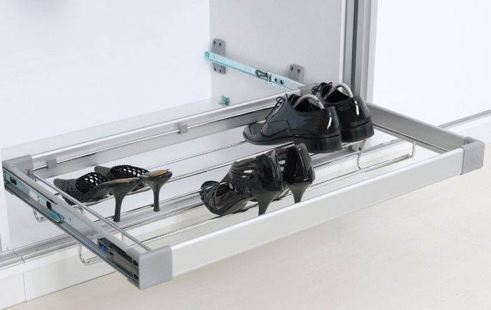 Полка на рельсах для хранения туфлей в шкафу