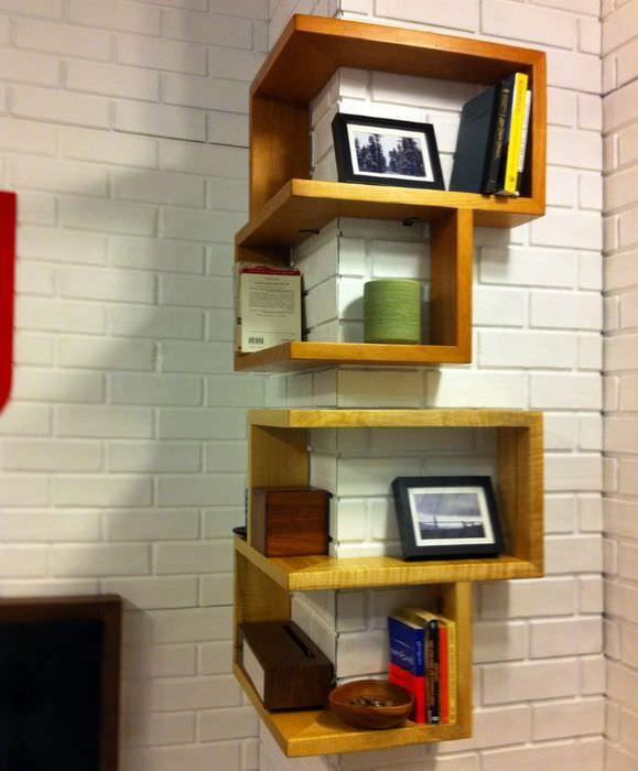 Маскировка выступа на стене с помощью деревянных полок