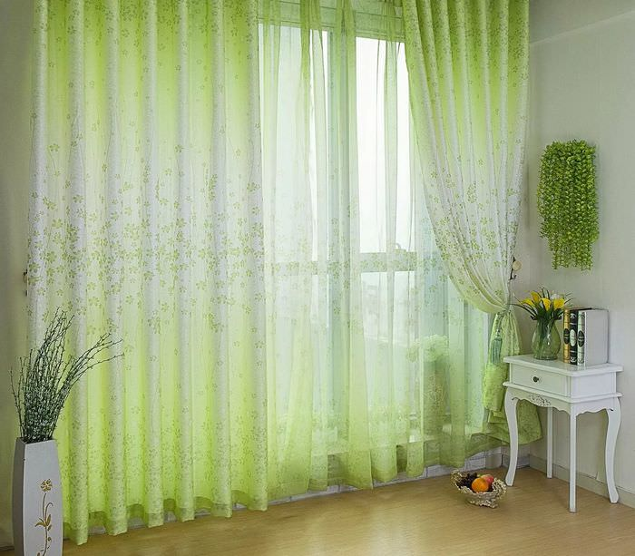 Окно в гостиной с прозрачными занавесками зеленоватого оттенка