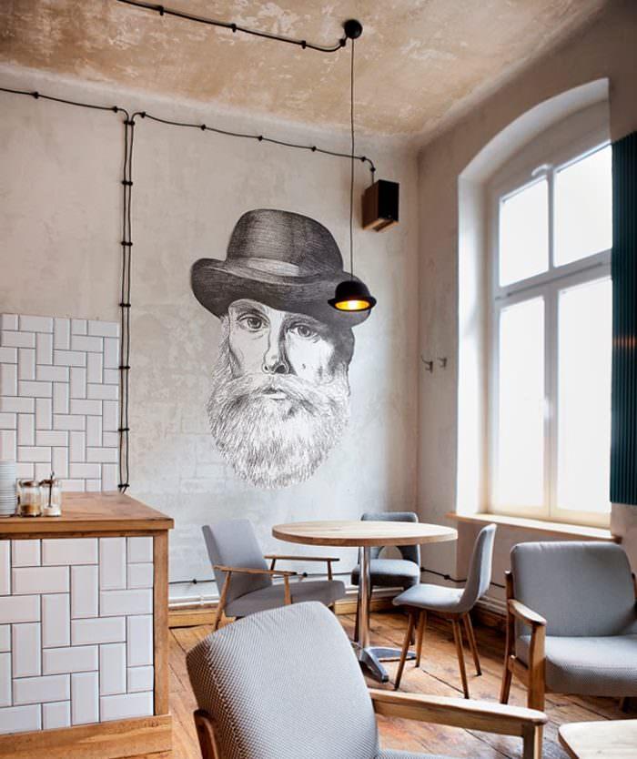 Портрет мужчины в шляпе на стене кухни