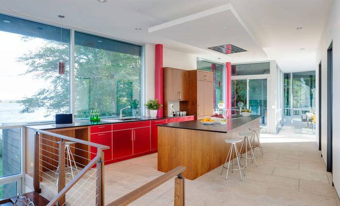 Просторная кухня с островом и большими окнами