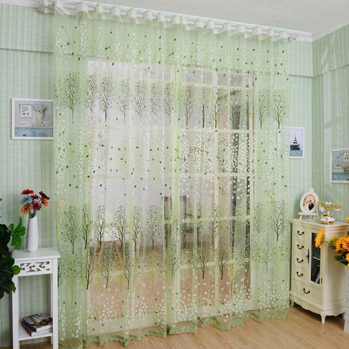 Нежно-салатовая прозрачная занавеска в дверном проеме