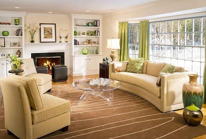 Мягкая мебель с кремовой обивкой в светлой гостиной
