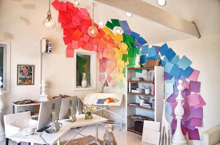 Декорирование белой стены с помощью листов цветной бумаги