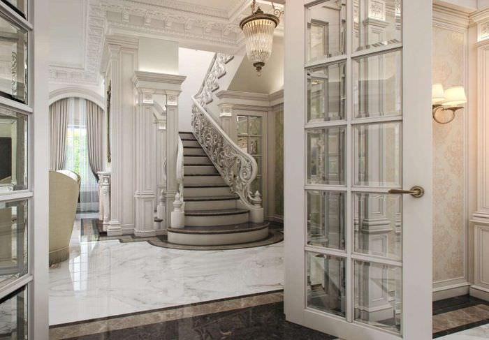 Дизайн холла в классическом стиле с мраморным полом