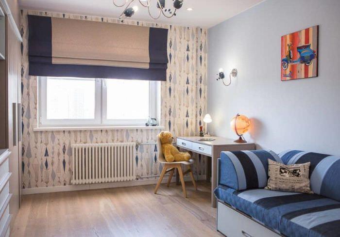 Сине-белые римские шторы на окне детской комнаты