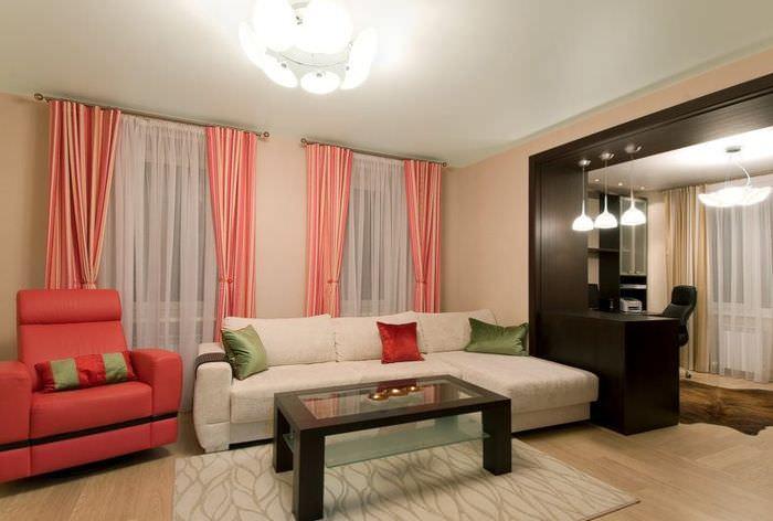Розовые шторы с полосками на окнах современной гостиной