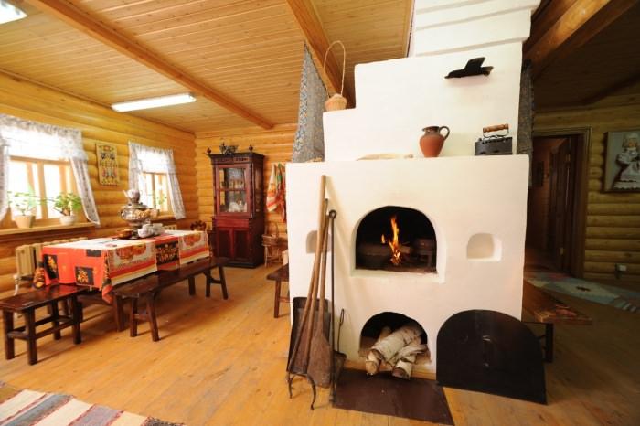 Русская печка с белой отделкой в интерьере гостиной частного дома