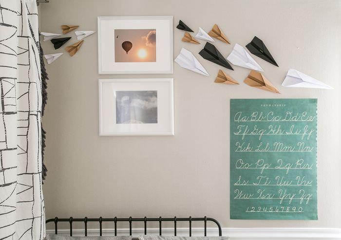 Бумажные самолетики на стене детской комнаты