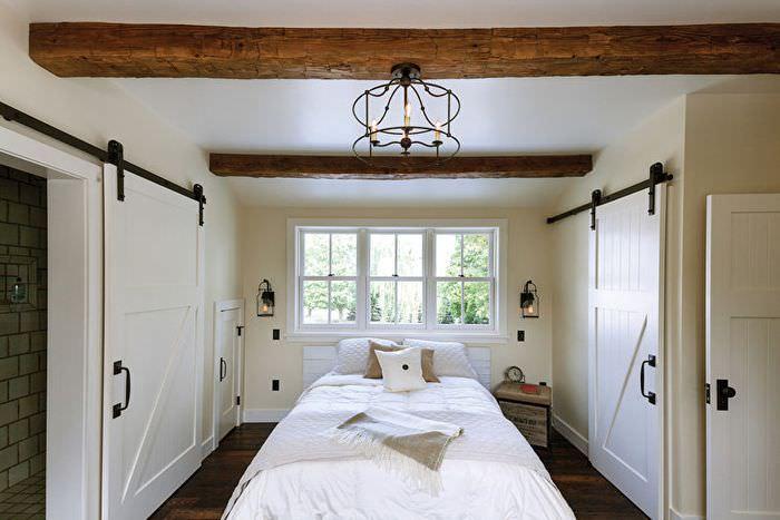 Сдвижные двери в интерьере спальни