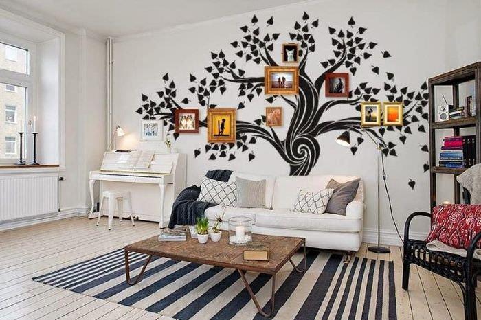 Украшение стены над диваном фотографиями в рамках