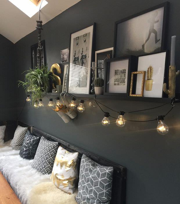 Гирлянда с горящими лампочками на серой стене