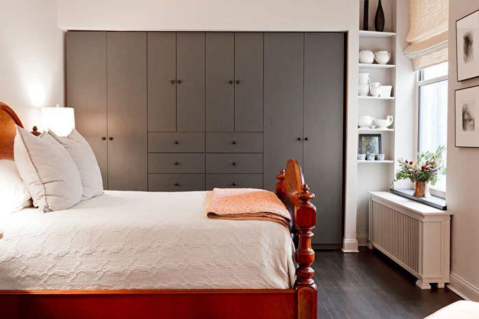 Серые встроенные шкафы в узкой спальне