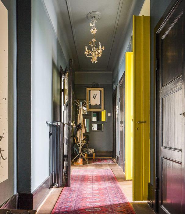 Дизайн узкого коридора в серых тонах