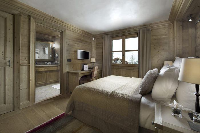 Серый потолок в спальне с деревянной отделкой