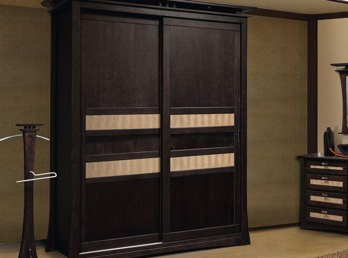 Темно-коричневый шкаф-купе из массива сосны