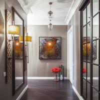 Картина на стене в конце узкого коридора