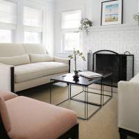Белые римские шторы в светлой гостиной
