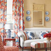 Оформление стены над диваном с помощью зеркала