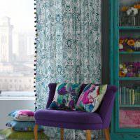 Небольшой диванчик с фиолетовой обивкой