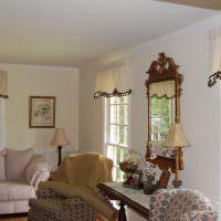 Короткие занавески на маленьких окнах зала в частном доме