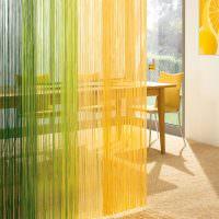 Зонирование кухни желто-зелеными нитяными шторами