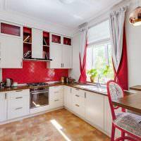 Красные шторы в дизайне кухни