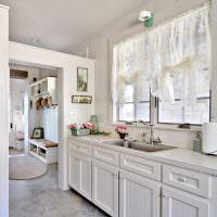 Прозрачные занавески над кухонной мойкой