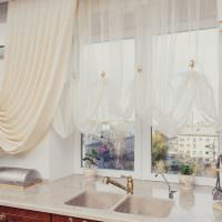 Окно кухни над рабочем местом