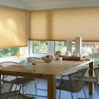 Светло-коричневые шторы на кухонных окнах