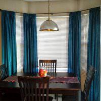 Старый обеденный стол с темно-коричневой столешницей