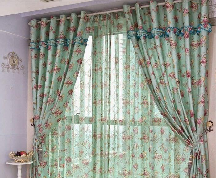 Цветастые итальянские шторы на кухонном окне