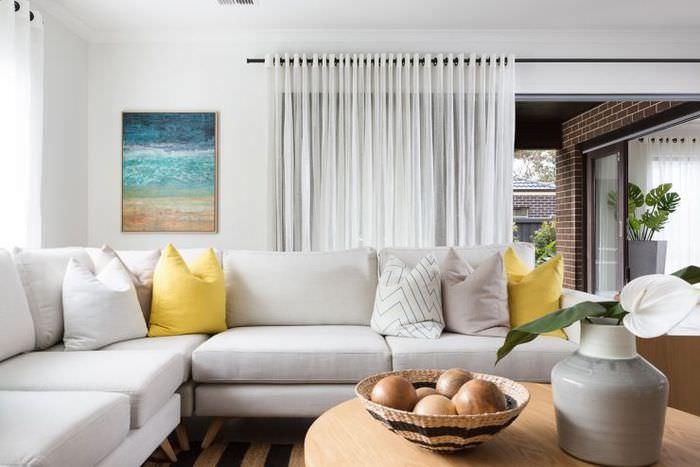 Легкие полупрозрачные шторы в гостиной стиля модерн