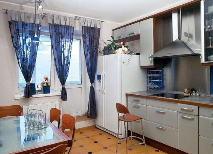 Легкие полупрозрачные шторы на окне кухни