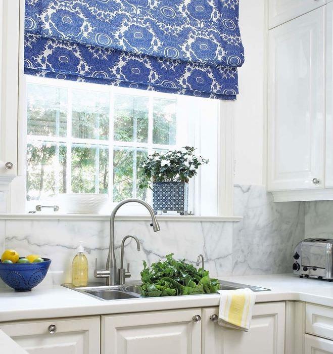 Синяя римская штора над кухонной мойкой