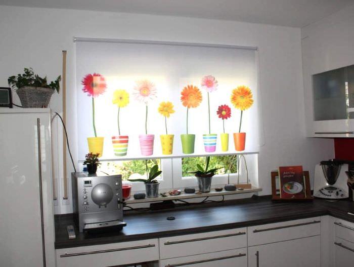 Рулонные шторы с фотопечатью на окне кухни панельного дома