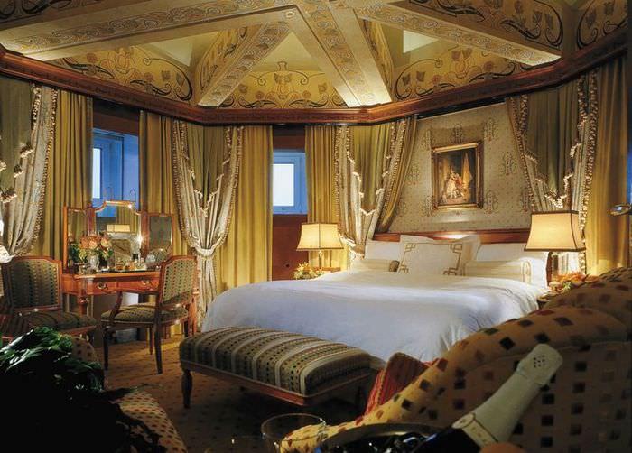 Занавески на окнах спальни в античном стиле