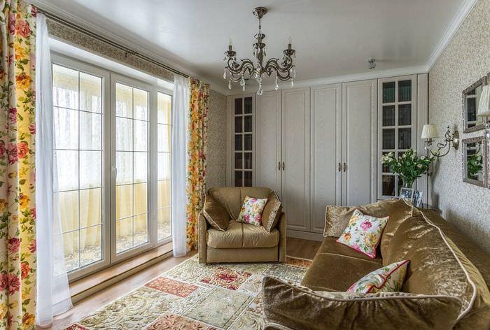 Большое окно зала со шторами в цветочек